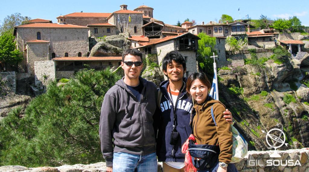 Fotografia com o casal de Japoneses junto a um dos Mosteiros de Metéora