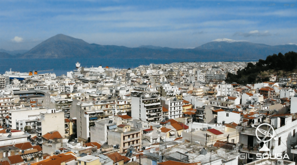 Vista de Patras com a zona da Grécia Central do outro lado do canal