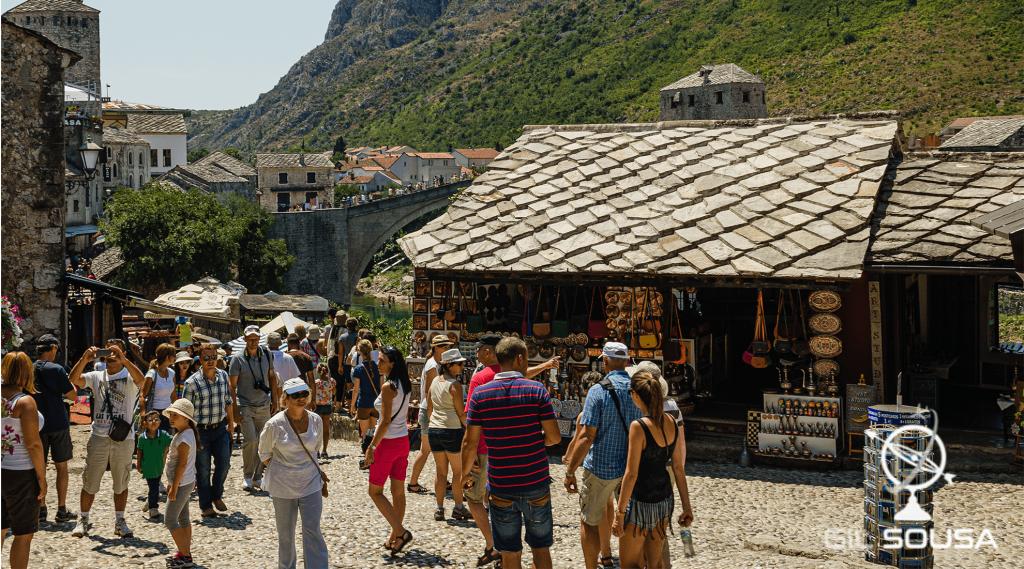 Zona história de Mostar com Stari Most ao fundo