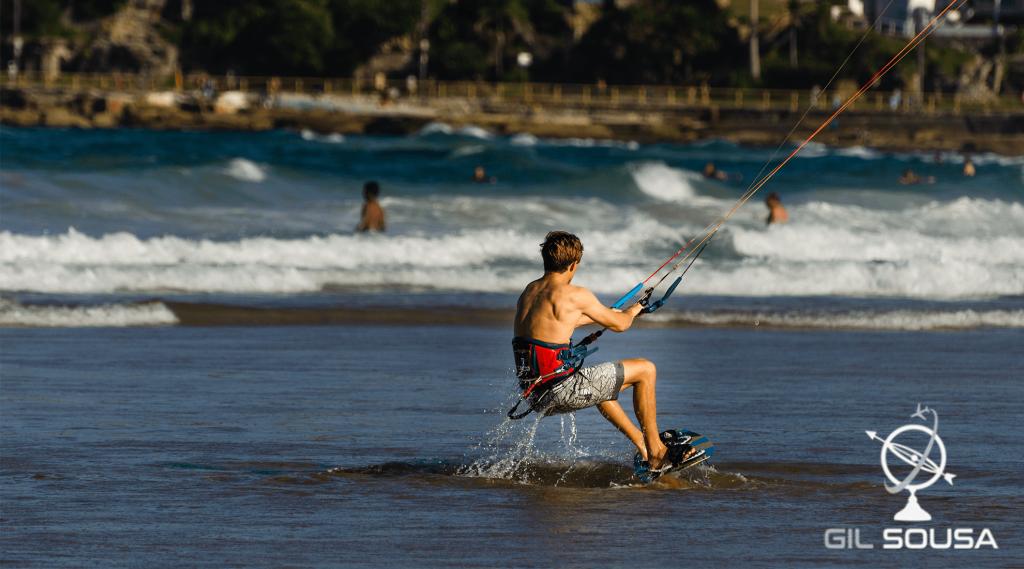 Rapaz a praticar kitesurf em Manly