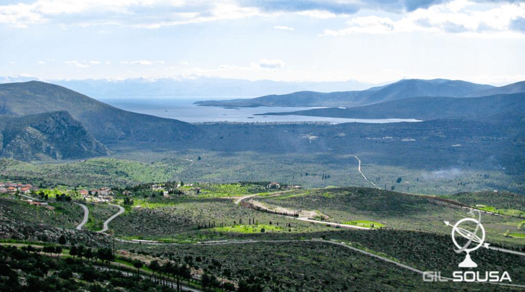 Vale em Delfos, com neve nas montanhas do outro lado do canal