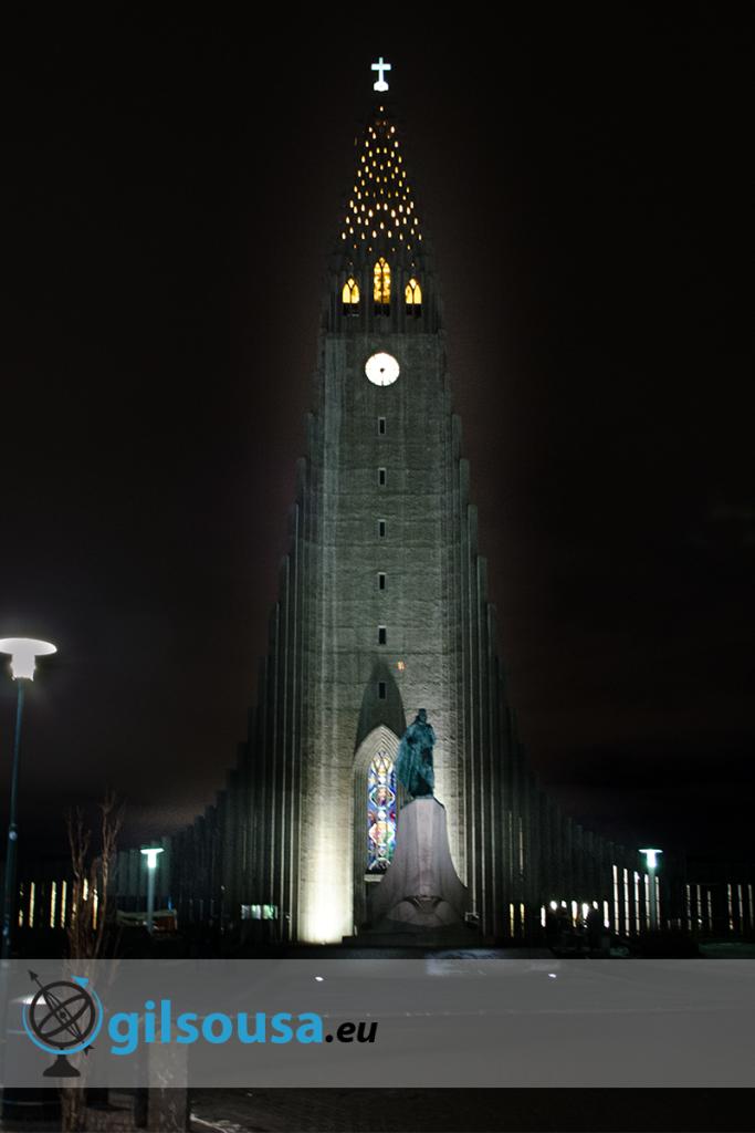 Igreja Hallgrímskirkja à noite