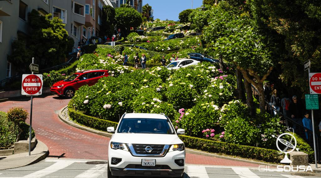 Carros a descerem a famosa rua Lombard Street