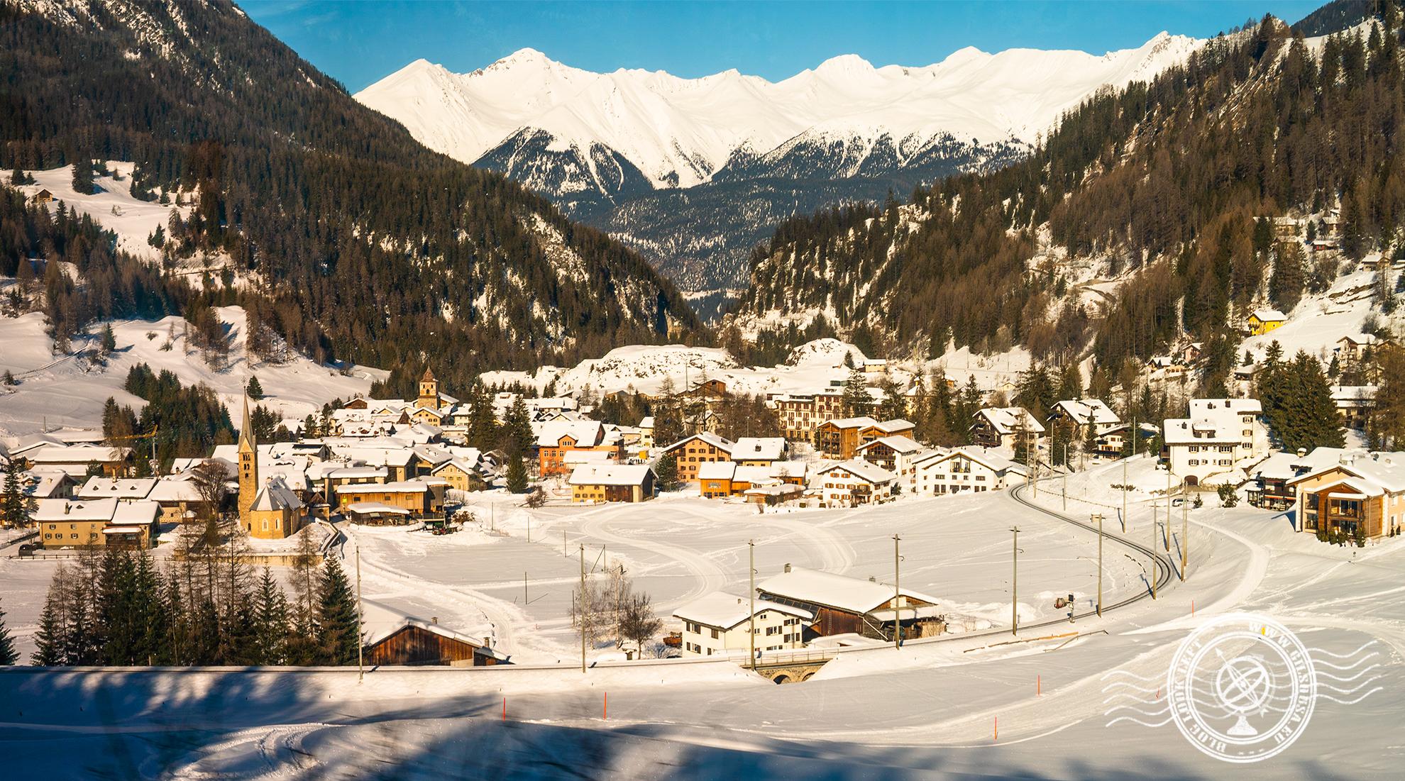 Aldeia no meio dos Alpes Suíços