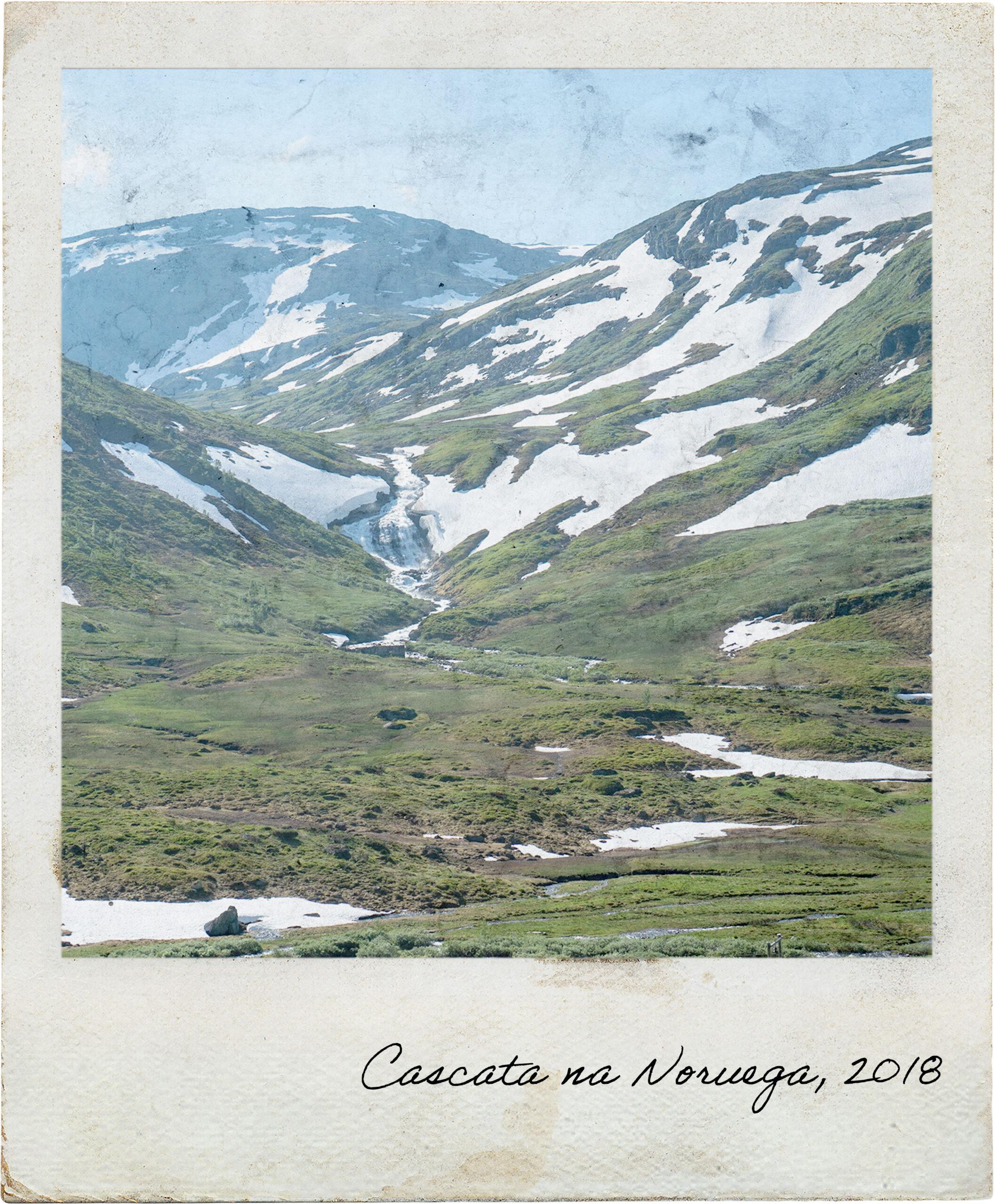Neve e cascata no interior da Noruega