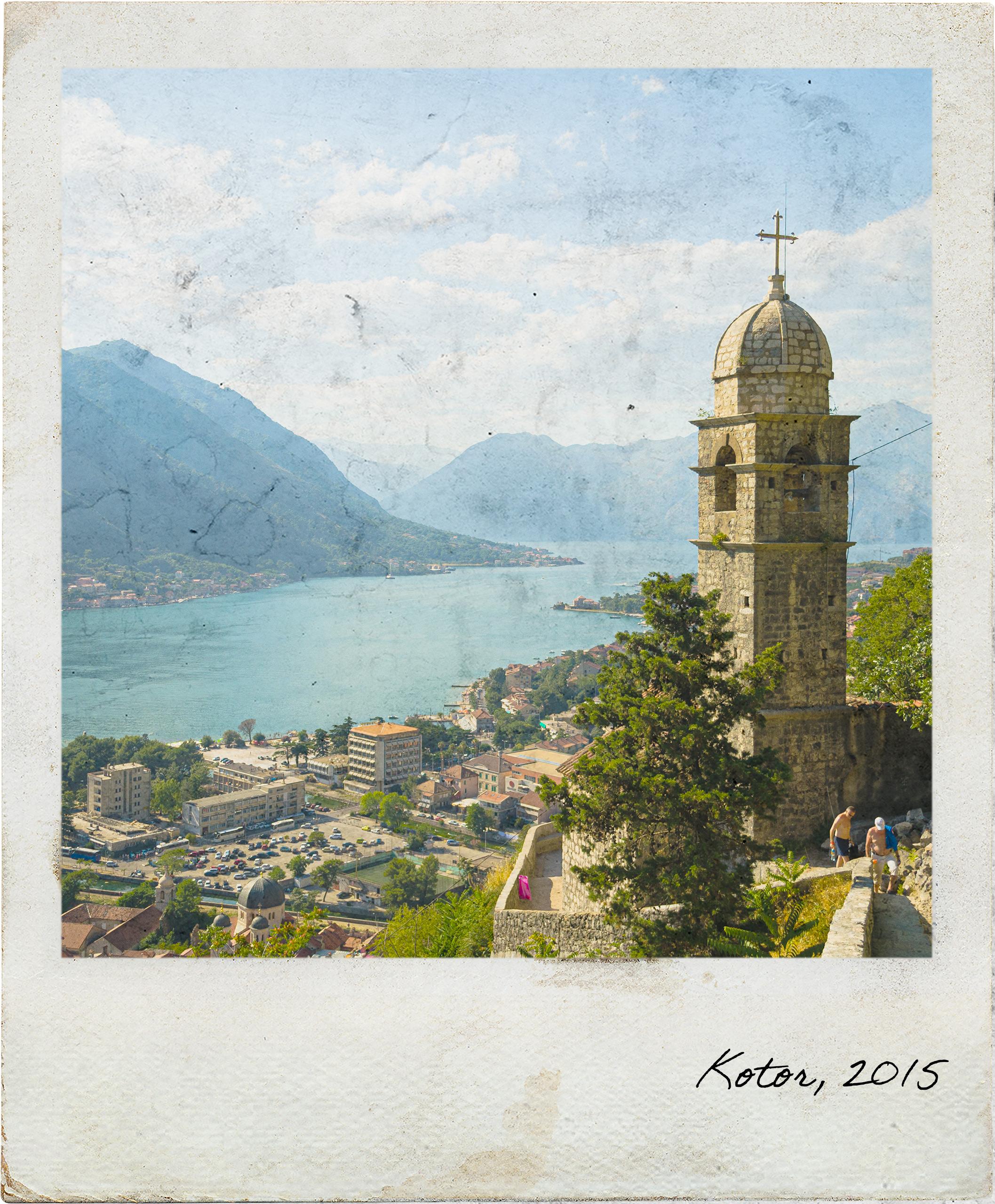 Baia de Kotor com vista para a torre da Igreja de Nossa Senhora da Saúde