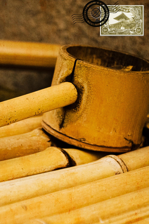 Colher de bamboo num pavilhão budista japonês de purificação de água num templo